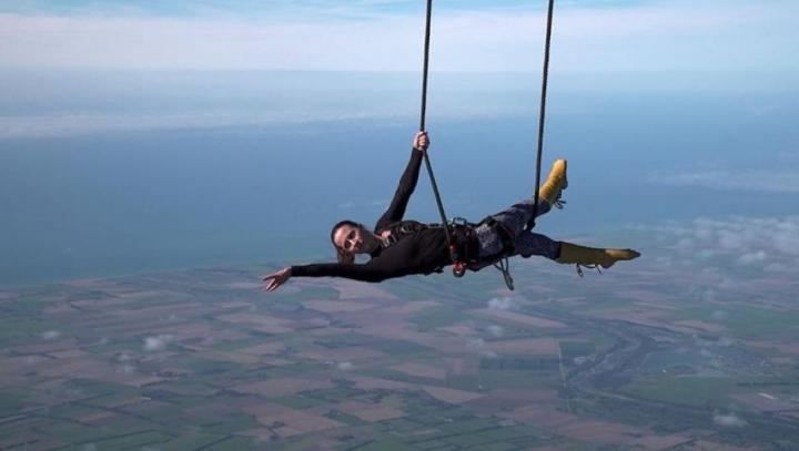 """Îți taie respirația! Un paramedic a stabilit recordul pentru cea mai """"înaltă"""" prestaţie la trapeză (VIDEO)"""