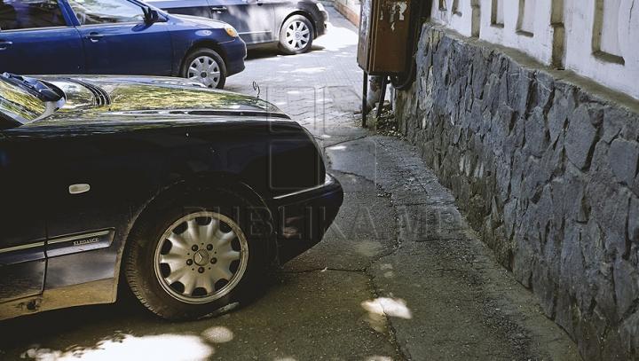 CULMEA NESIMȚIRII! Cum și-a parcat mașina un bărbat din Capitală (FOTO)