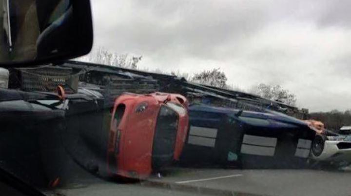 ACCIDENT DE MILIOANE! Un camion care transporta mai multe supercaruri s-a răsturnat (VIDEO)