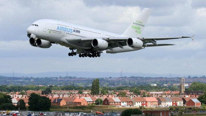 Un avion cu pasageri, care zbura de la București spre Liverpool, a aterizat de URGENȚĂ
