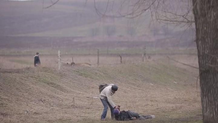 DE RÂS ŞI DE PLÂNS! Cum se ajută doi bărbaţi beţi să se ridice şi să meargă (VIDEO VIRAL)
