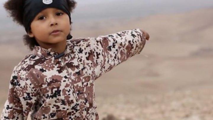 VIDEO ŞOCANT! Un copil ARUNCĂ ÎN AER patru ostatici, într-o înregistrare video a reţelei teroriste ISIS