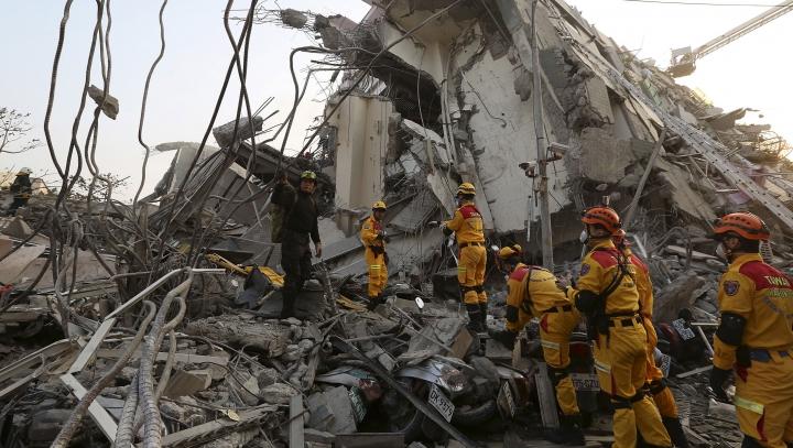 CLIPE DE COŞMAR pentru o femeie. A fost scoasă de sub dărâmături la peste 48 de ore de la cutremur