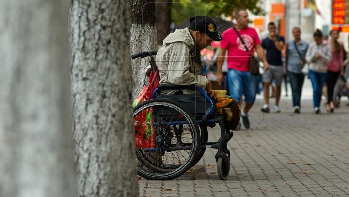 MIRACOL pe o stradă din Rusia! Un cerșetor s-a ridicat, ca prin minune, din scaunul cu rotile (VIDEO)