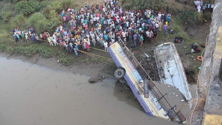 Cel puţin 37 de morţi după ce un autocar a căzut de pe un pod într-un râu, în India