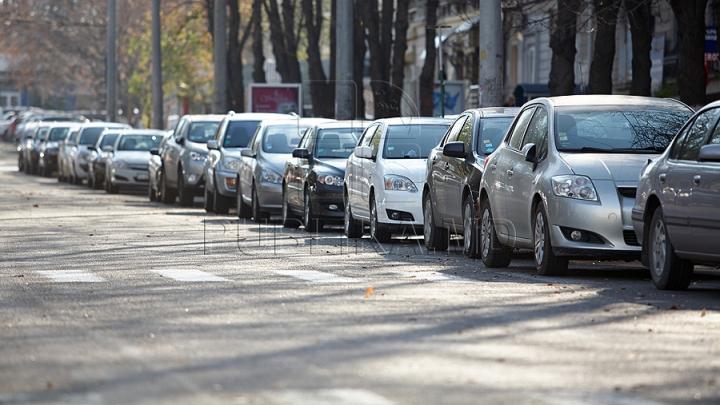 NESIMȚIRE: O bandă de circulație de pe o stradă din Capitală, blocată din cauza unui şofer (FOTO)