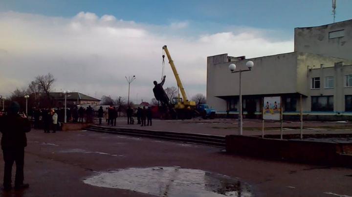 ZI ISTORICĂ în Ucraina! A fost demontat cel mai mare monument al lui Lenin