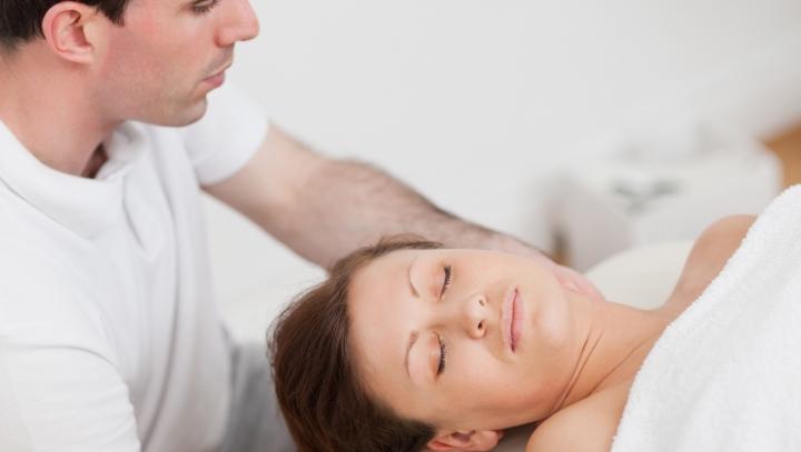 Părea a fi un masaj obişnuit, ce i-a făcut însă acest maseur depăşeşte orice aşteptare (VIDEO)