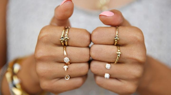 Mâna şi Degetele Pe Care Purtăm Inele Trădează Anumite Trăsături De