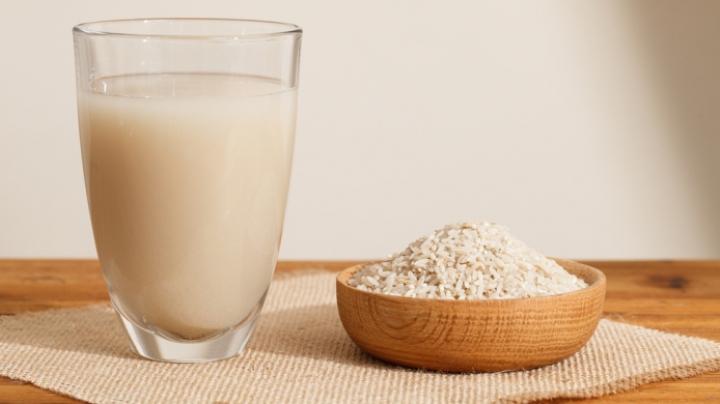 Apa în care ai fiert orezul, o adevărată bombă de vitamine. Are o mulțime de beneficii pentru piele și păr