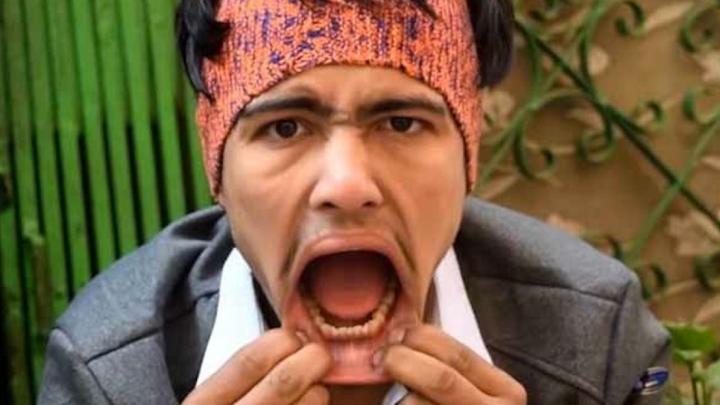 INCREDIBIL! Câte creioane îi încap în gură unui tânăr din Nepal (VIDEO)