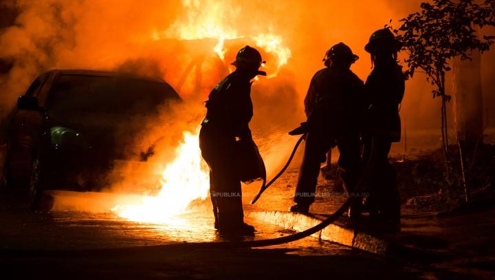 GROAZNIC! Patru maşini au fost distruse de un incendiu generat de o ţigară