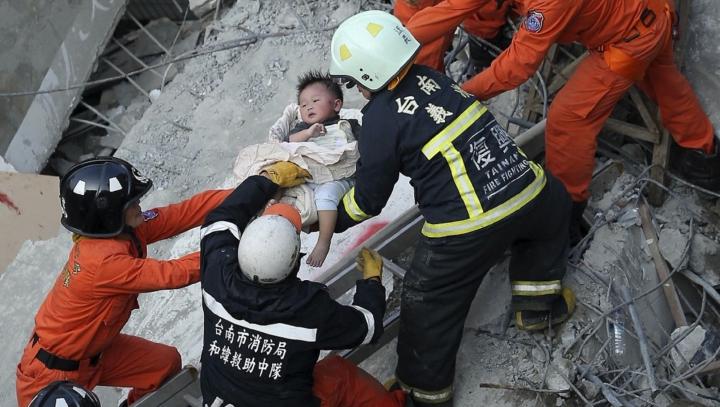 Miracol! O fetiţă de şase luni a fost scoasă în viaţă de sub ruine în Taiwan, la peste 30 de ore de la seism