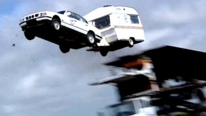 Cascadorie IMPRESIONANTĂ. Britanicii de la Fift Gear au executat cea mai lungă săritură cu maşina cu rulotă