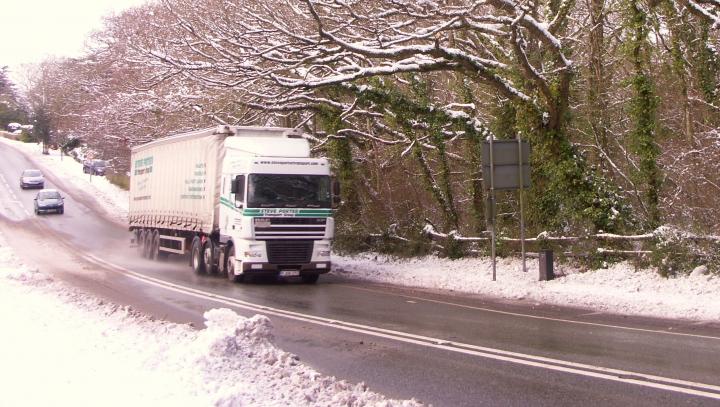 NO COMMENT! Ce se întâmplă atunci când un șofer nu-și curăță zăpada de pe remorcă (VIDEO)