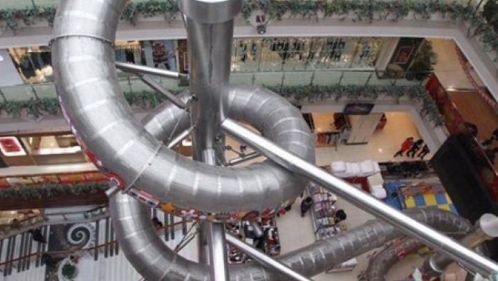 ATRACŢIE INEDITĂ într-un mall: A fost construit un tobogan cu o înălţime de 20 de metri (VIDEO)