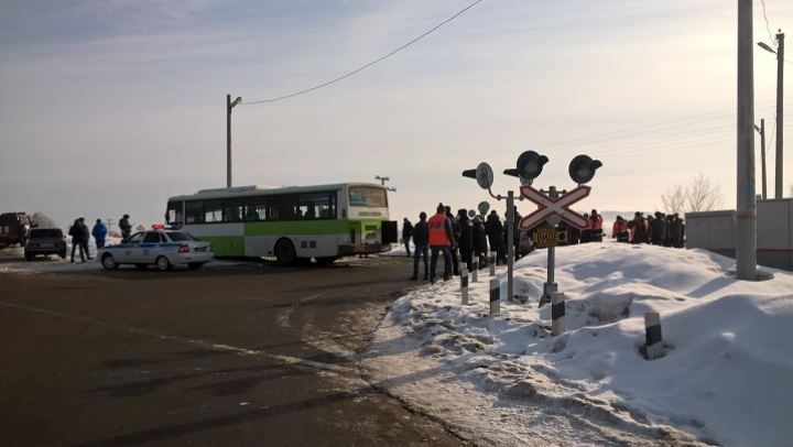 Un tren s-a ciocnit cu un autobuz de pasageri în Rusia. Taxatoarea a murit