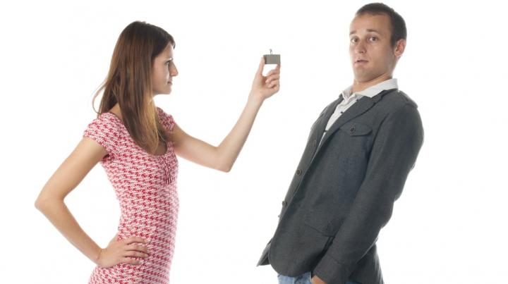 Atenție, fetelor! Se apropie ZIUA când puteți să vă cereți iubiții în căsătorie fără NICIO JENĂ