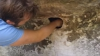 SPERIAŢI DE MOARTE! Au început să ţipe când au văzut ce scoate tatăl lor dintr-o gaură (VIDEO VIRAL)