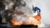 PANICĂ ŞI ZGOMOTE SUSPECTE! Cineva i-a dat foc maşinii, atunci când stătea de vorbă cu amicii (VIDEO)