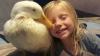 Prietenie uimitoare dintre o fetiţă şi o răţuşcă. Amicele sunt de nedespărţit (VIDEO/FOTO)