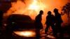 A luat foc pe neprins de veste! O mașină a fost făcută scrum pe o stradă din Capitală (VIDEO)
