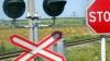 Se joacă cu viața. Ce fac șoferii la o trecere peste calea ferată (VIDEO)