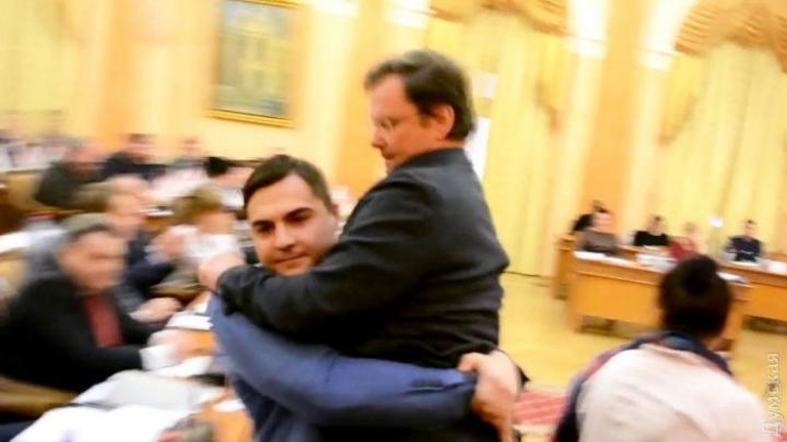 SCENE AMUZANTE! Adjunctul guvernatorului regiunii Odesa, scos în braţe din sala de şedinţe (VIDEO)