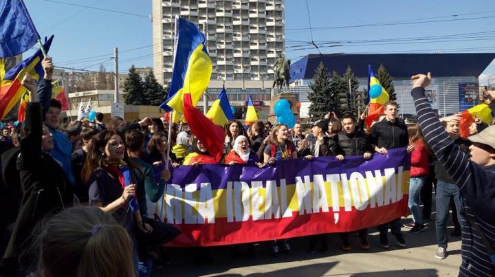 Marșul Unirii la Chișinău: Cântece patriotice, urale, aplauze, gafe, alerte cu bombă și altercații
