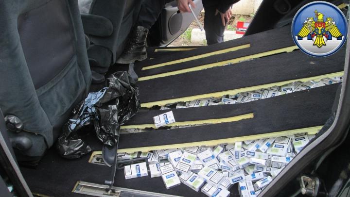 Captură de MII DE EURO la frontieră. Patru bărbaţi au fost prinşi cu ţigări de contrabandă