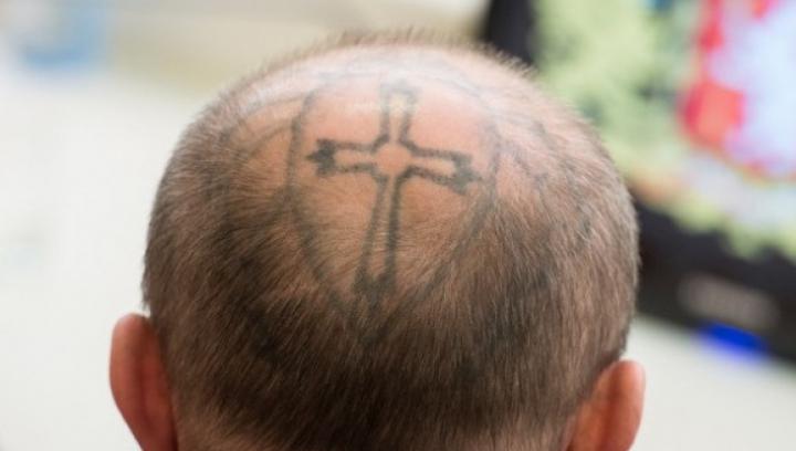 Condamnat de două ori și cu tatuaje pe cap. Un fost deținut, ales deputat în Rusia (FOTO)