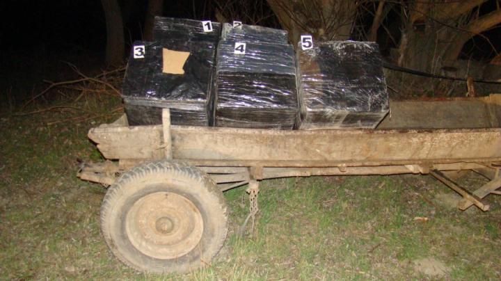 Şi-a ticsit căruţa şi-a pornit la drum! Un bărbat, reţinut cu contrabandă de mii de lei (FOTO)