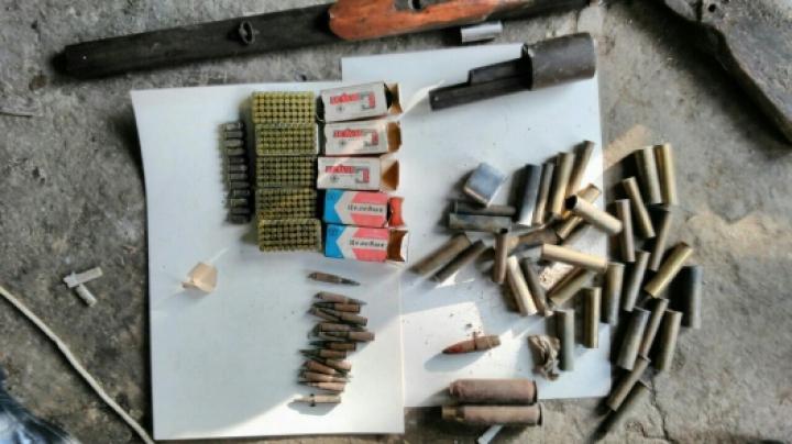 Captură IMPRESIONANTĂ! Un întreg arsenal de arme și muniții, confiscat la Criuleni și Comrat (VIDEO)