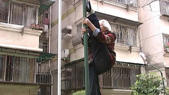 Este cea mai flexibilă bătrânică din lume. Ce poate să facă femeia la 87 de ani