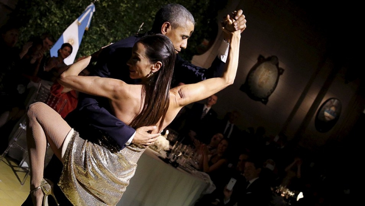 PASIUNE ȘI TANDREȚE! Barack Obama, surprins în brațele unei femei necunoscute (VIDEO)