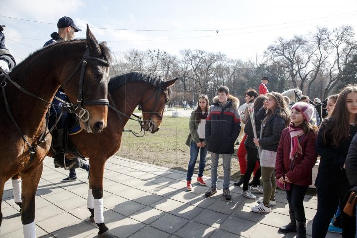 Călare pe cai, cu flori și felicitări, polițiștii au adus zâmbete femeilor din Chișinău (FOTOREPORT)