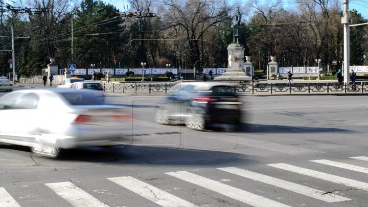 Imagini revoltătoare. Pe unde merge cu mașina un șofer din Chișinău (FOTO)