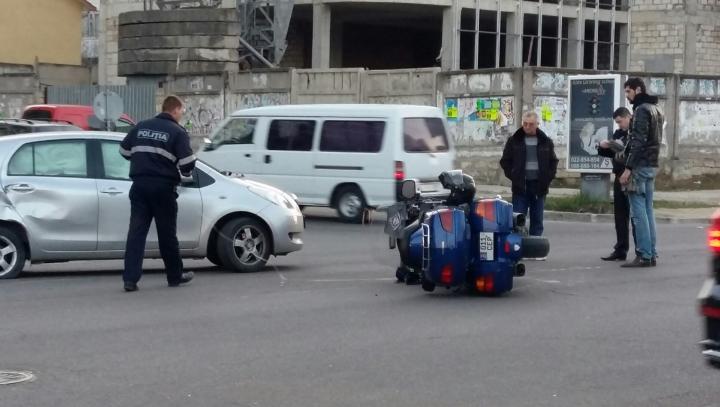 ACCIDENT CUMPLIT în Chişinău! O motocicletă, lovită de un automobil (FOTO)