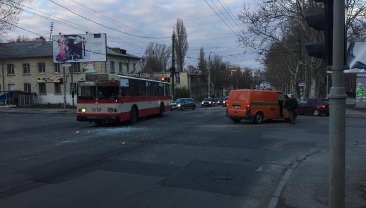 ACCIDENT grav în Capitală. Un troleibuz s-a lovit cu o mașină a încasatorilor (FOTO)