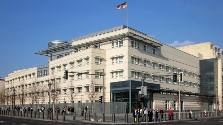 Alertă la ambasada SUA din Berlin! Un bărbat a încercat să intre cu un bagaj suspect