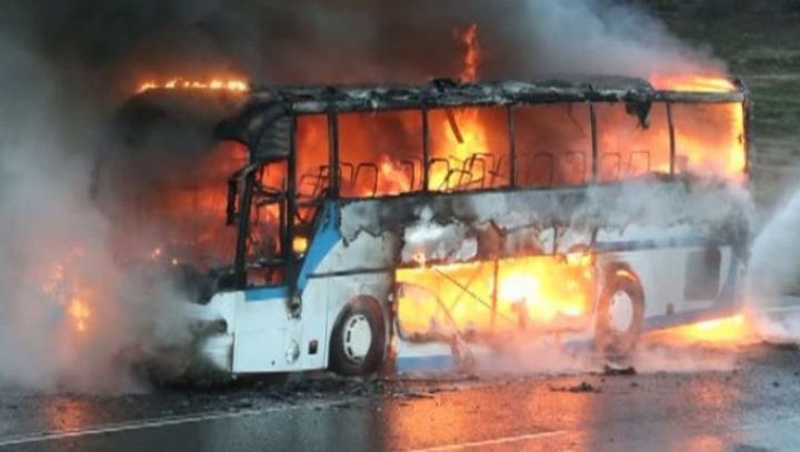Un autocar cu pasageri a luat foc în apropiere de Cluj-Napoca (FOTO)
