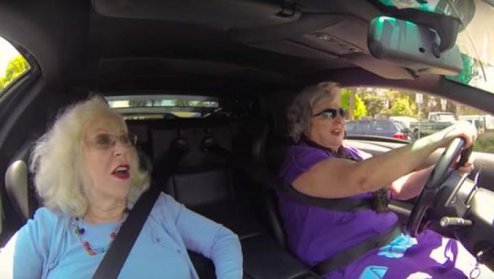 VIRAL! Cum s-au distrat două bunicuțe la volanul unui Lamborghini (VIDEO)