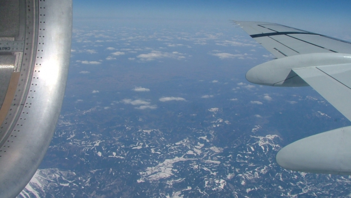 Bronz nociv la înălţime! Geamul avionului nu ne protejează de razele ultraviolete (VIDEO)