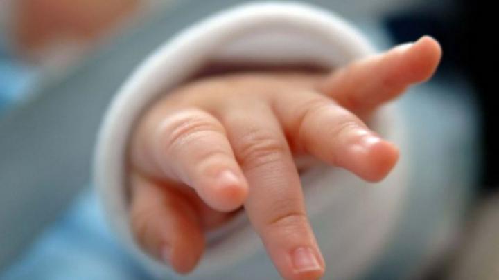 REVOLTĂTOR! Un bebeluş a murit de meningită din cauza ignoranţei părinţilor