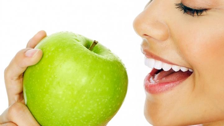 Un măr pe zi previne apariția a 5 tipuri de cancer