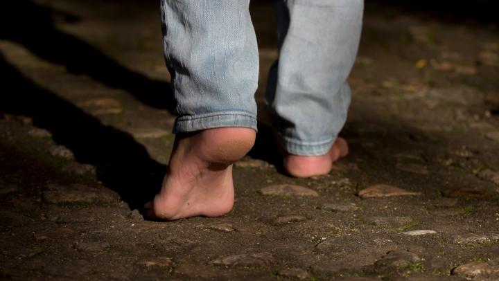 Jefuit, bătut şi lăsat desculţ în plină stradă! Păţania neobişnuită a unui bărbat din Capitală