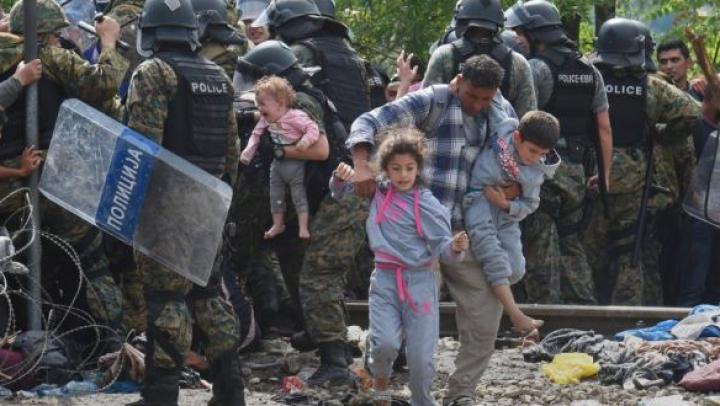 Macedonia a redeschis frontiera cu Grecia. Numărul de refugiaţi care au reșit să treacă granița