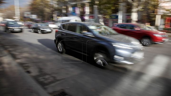 COŞMAR! Momentul când un copil cade dintr-o mașină aflată în trafic (VIDEO INCREDIBIL)