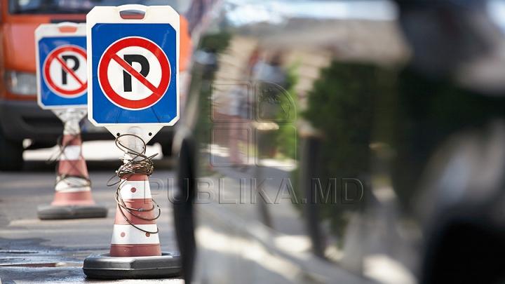 Maşini parcate neregulamentar pe strada pietonală din Chişinău. REACŢIA ministrului de Interne
