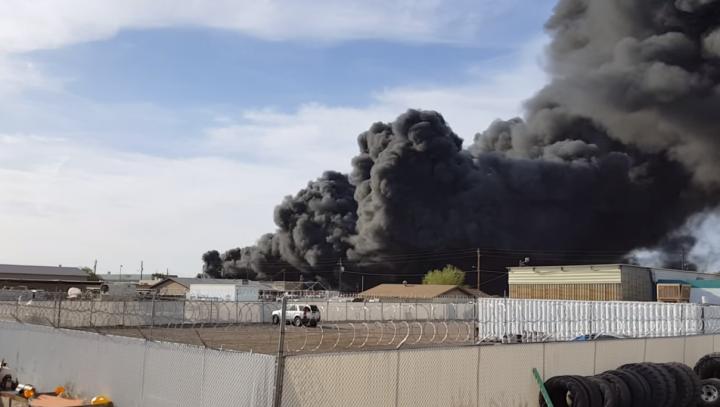 INCENDIU DE PROPORȚII la o uzină de prelucrare a deșeurilor din Arizona (VIDEO)